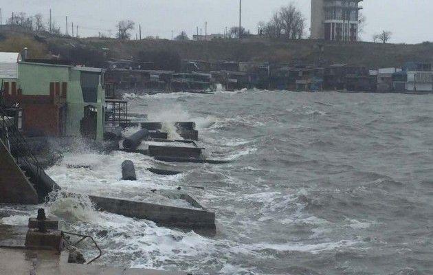 Шторм нарушил планы строителей Крымского моста исорвал часть конструкций