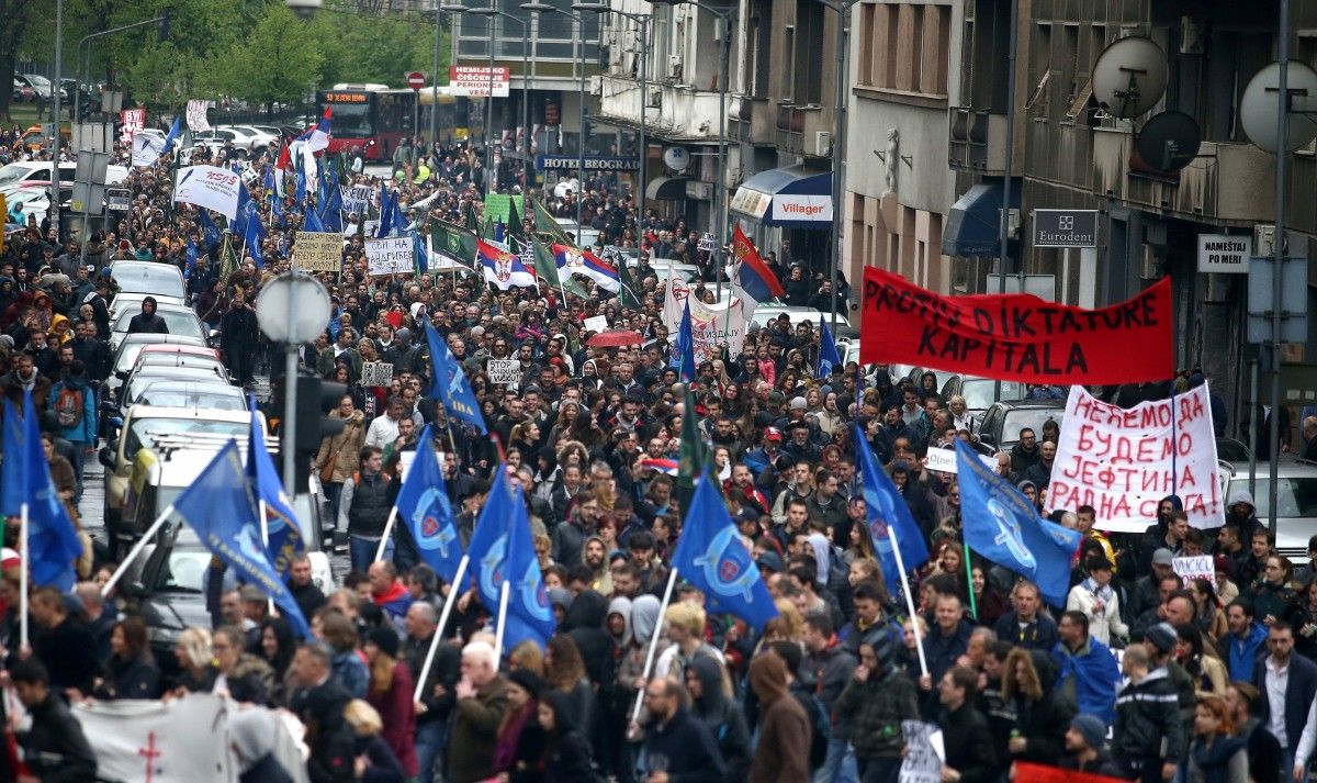 ВСербии тысячи людей митингуют против нового президента