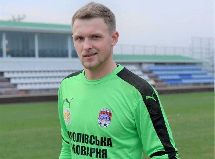 Курьез тура: украинский вратарь впроцессе игры попал мячом втроллейбус