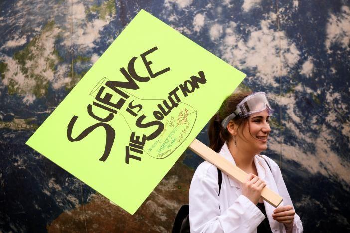 Десятки тысяч людей повсему миру вышли на«Марш вподдержку науки»