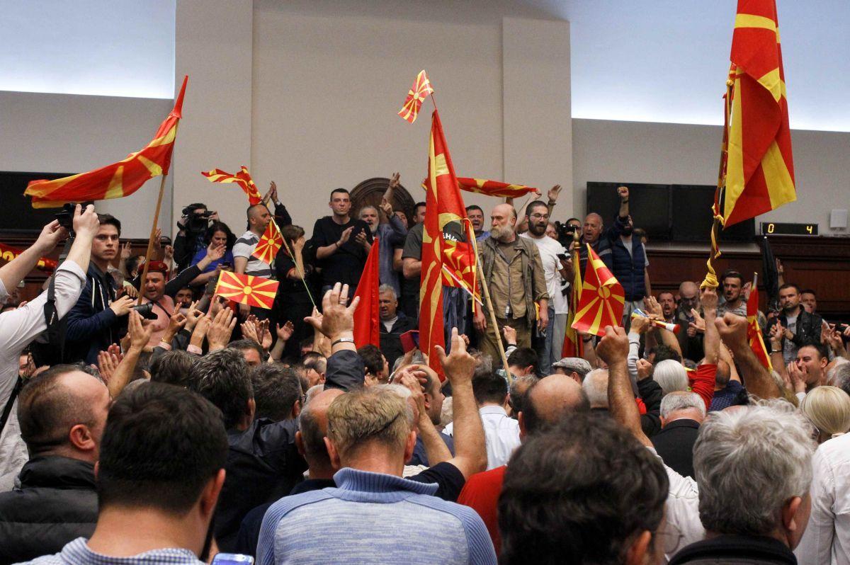 ВМакедонии протестующие вторглись впарламент иизбили оппозиционеров