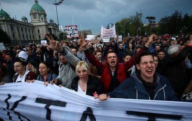 ВСербии продолжаются многотысячные митинги против результатов выборов