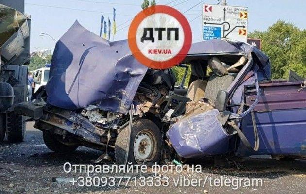 УКиєві автомобіль із арсеналом вогнепальної зброї потрапив ваварію