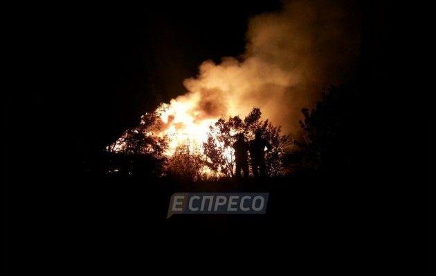 УКиєві сталась пожежа уплавучому ресторані: заклад повністю згорів