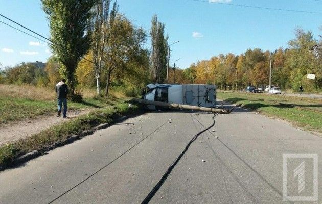 ВКривом Роге маршрутка врезалась встолб иперевернулась, 11 пострадавших
