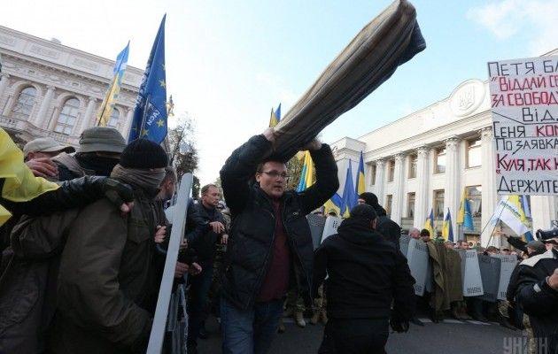 Мітингувальники біля Ради згортають прапори, намети залишаються