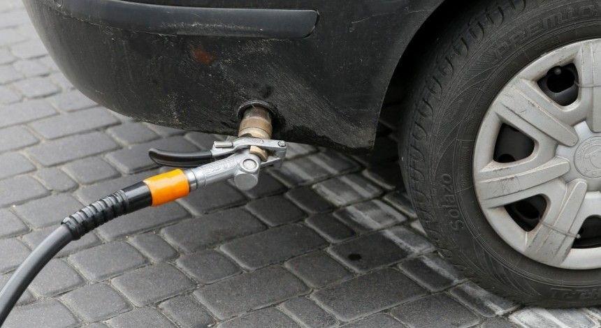АЗС знизили ціни на автогаз: скільки коштує заправити машину