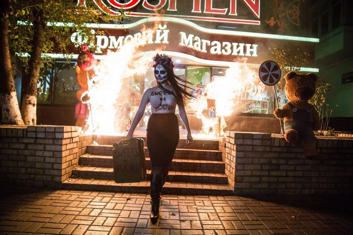 Dvoje nevynnyx vedmedykiv zghorily v xodi akciї Femen / Foto facebook.com/femenukraine