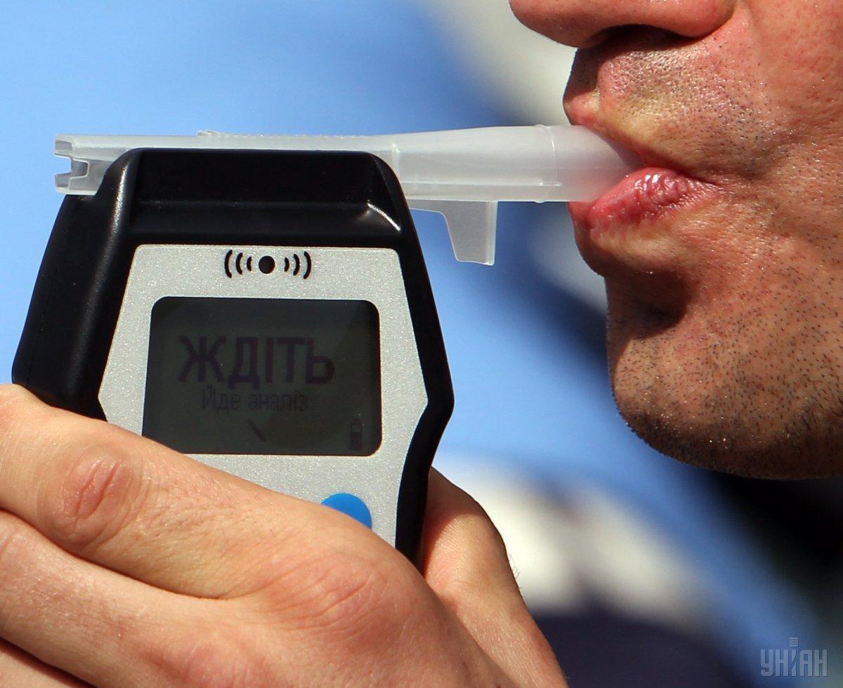 Во Львове пьяный водитель попал в ДТП и заснул во время оформления протокола