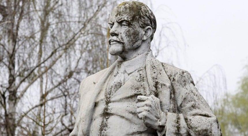 U Dnipri dajvery potopyly byust Lenina (video)