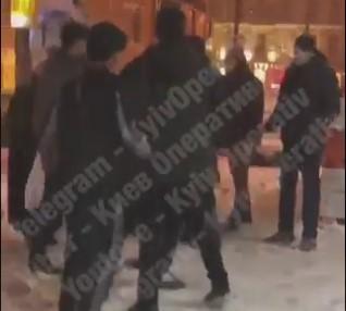 """""""Мы чеченцы, не знаете с кем связались"""": в центре Киева толпа подростков набросилась на одного лежачего photo"""