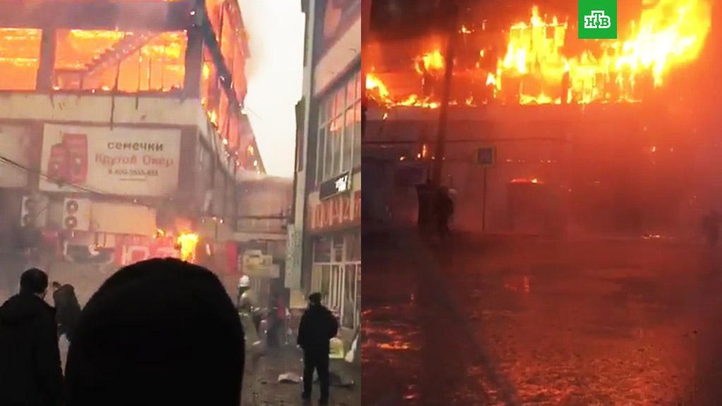 В России снова горит торговый центр - огонь охватил трехэтажное здание photo
