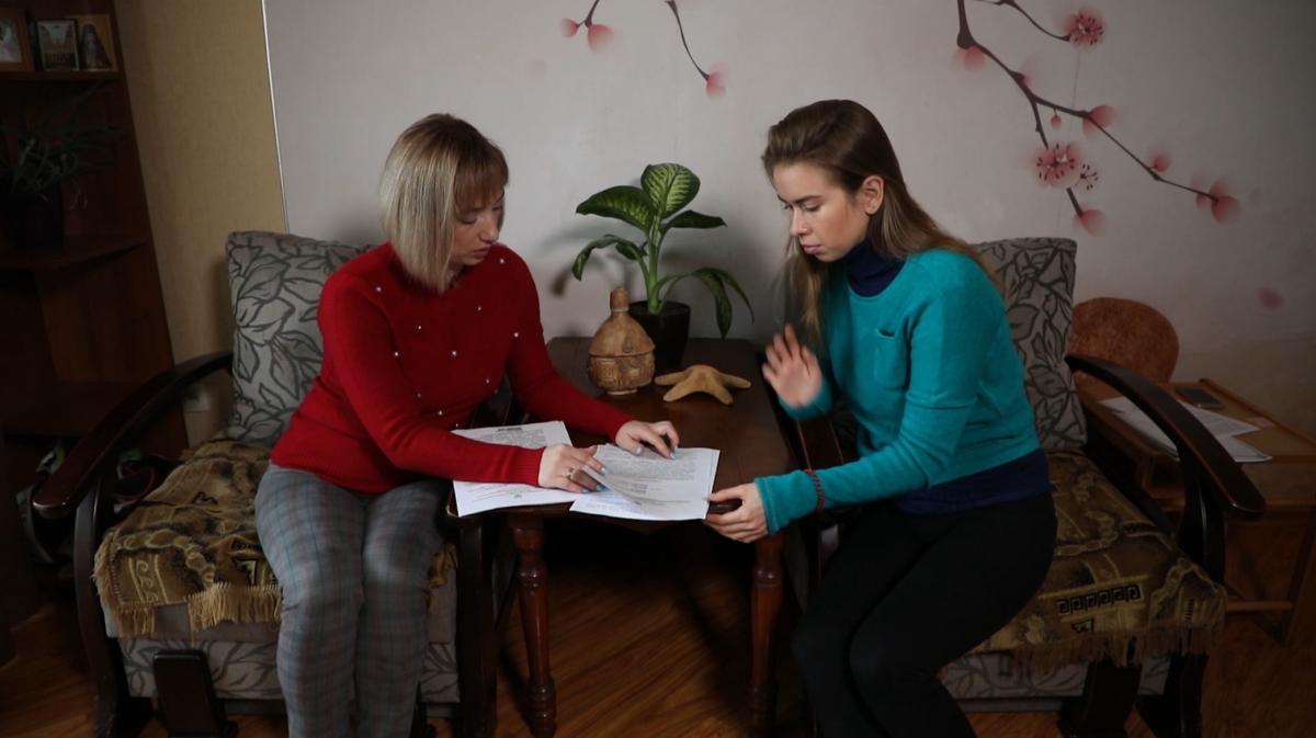 Oksana Holota pokazala dokumenty, jaki pidtverdžujut' maxinaciї iz cinamy na vuhillya / foto UNIAN