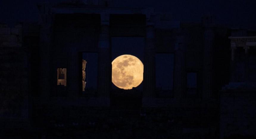 Holovnyj supermisyac' roku: nad Zemleju zijšov velykyj snihovyj Misyac' (foto, video)