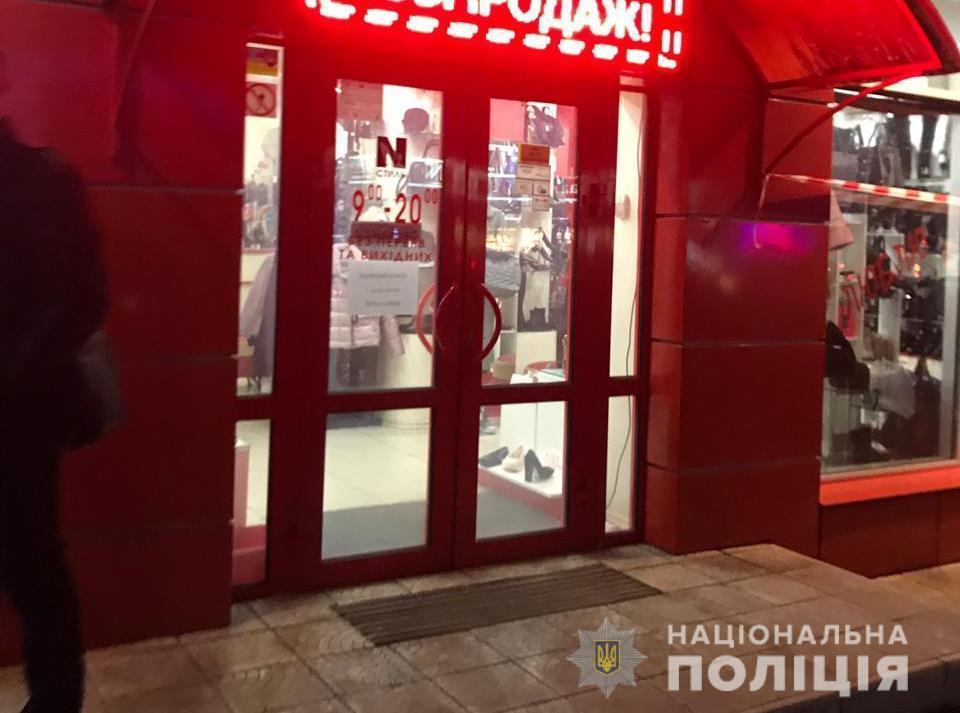 Nevidomi vykraly z juvelirnoho mahazynu u Boryspoli koštovnostej na 5 mil'joniv hryven' / foto kv.npu.gov.ua