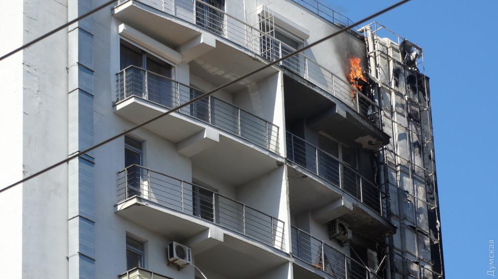 В Одессе горит здание ТЦ, людей эвакуируют