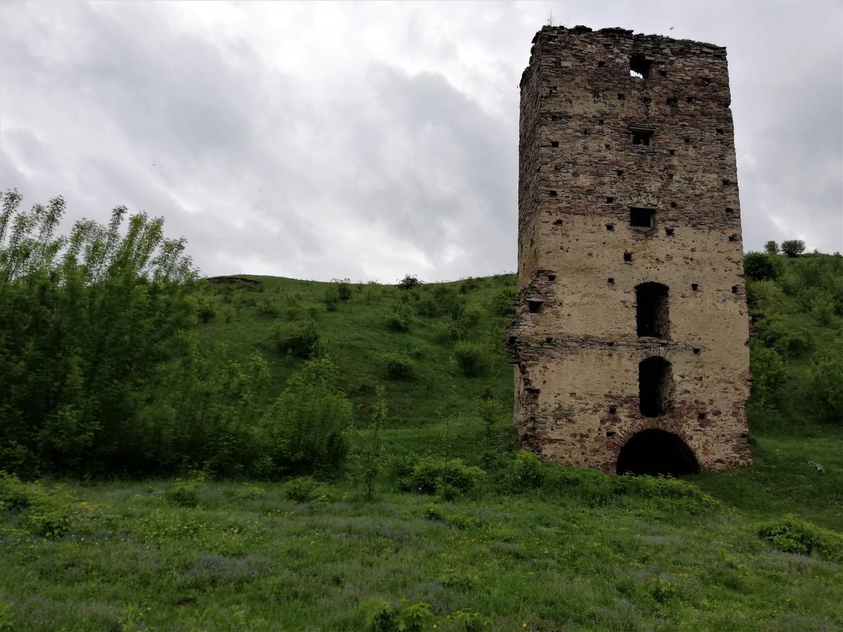 Nyni vid Rakovec'koho zamku zalyšylosya nebahato / Foto Maryna Hryhorenko