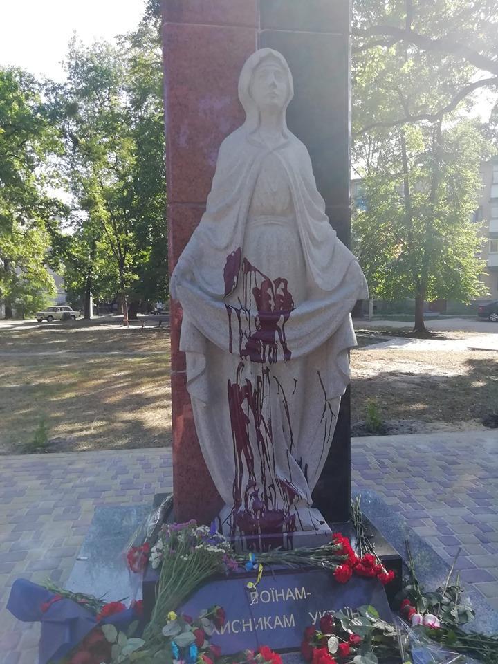 Скульптуру Божої Матері облили фарбою / фото УНІАН