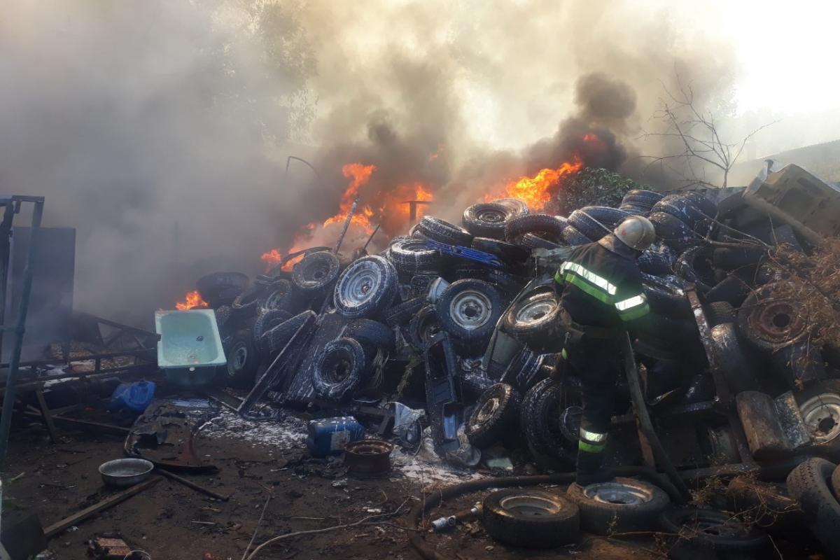 В результаті пожежі два автомобілізнищені, три пошкоджені / фото kh.dsns.gov.ua