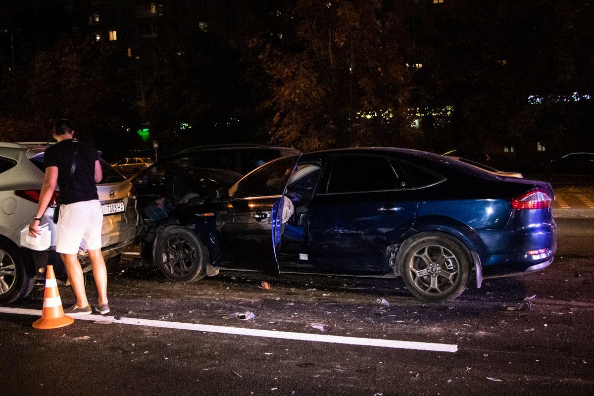 В Киеве пьяный водитель Ford протаранил три машины