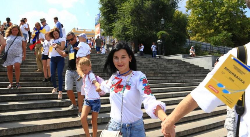 """V Odesi bil'še tysyači lyudej u vyšyvankax stvoryly """"žyvyj lancyuh"""" (foto)"""