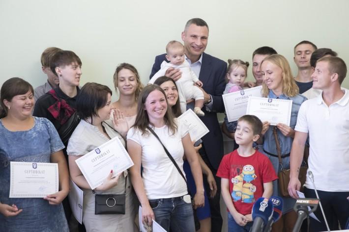 Кличко вручив сертифікати на отримання житла / фото kiev.klichko.org