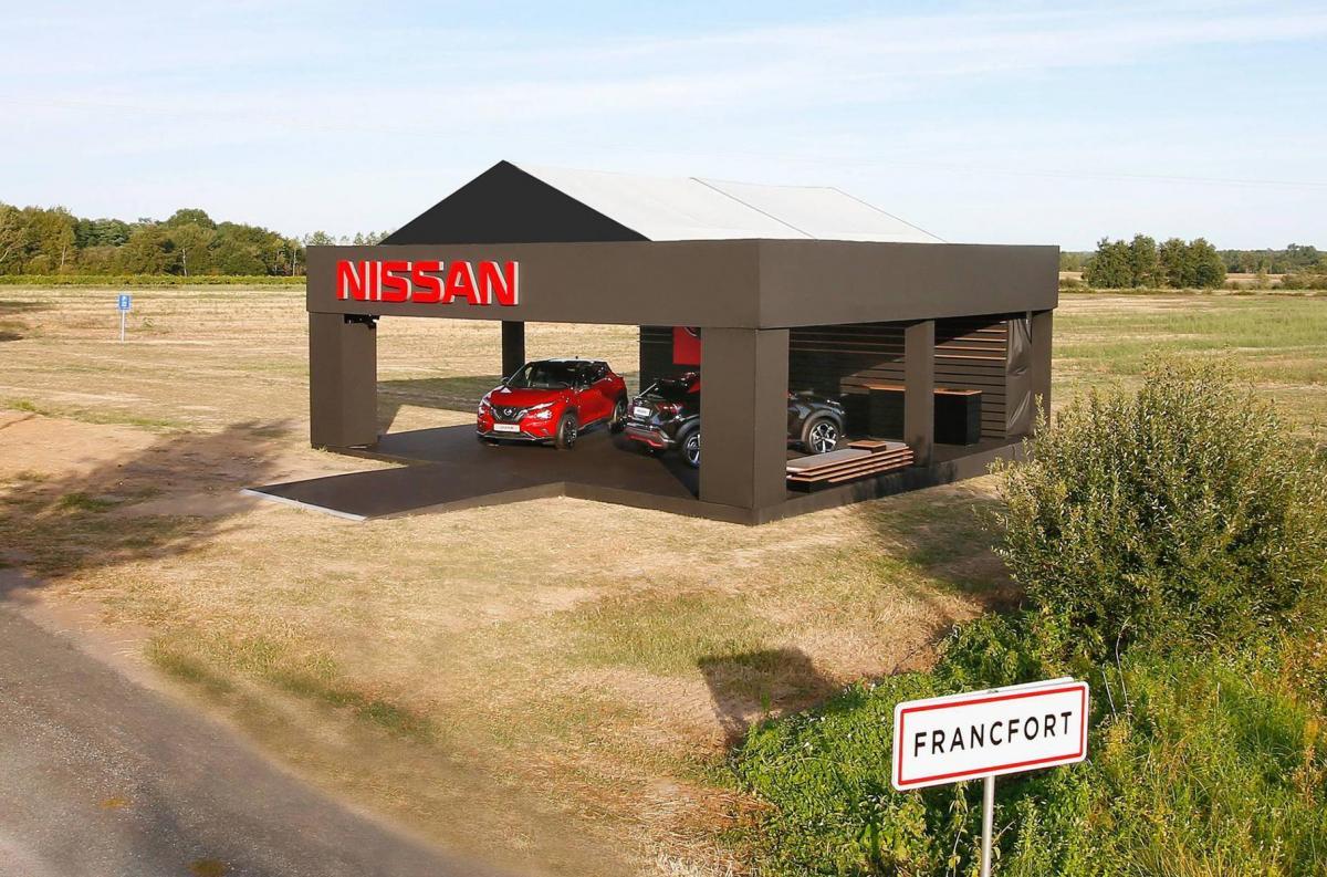 Стенд встановили прямо посеред поля / фото Nissan