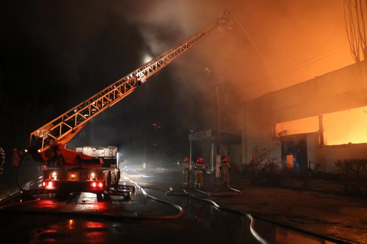В Киеве из-за пожара на складах загорелось офисное здание