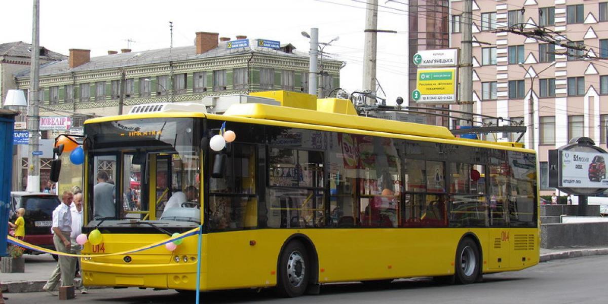 Наразі у місті діє транспортна мережа з 22 тролейбусних та 45 автобусних маршрутів / фото khmelnytsky.com.ua