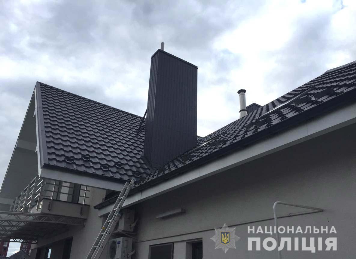 Внаслідок вибуху пошкоджено дах будинку / фото: ГУ Нацполіції Рівненської області