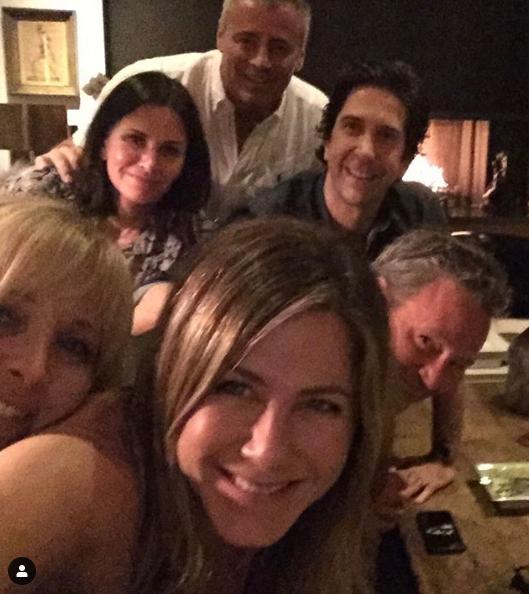 """""""Друзья"""" снова вместе: Дженнифер Энистон завела Instagram и взорвала его единственным фото"""