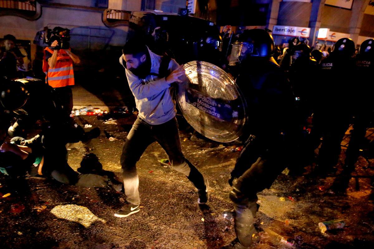 Массовые протесты в Барселоне переросли в столкновения с полицией