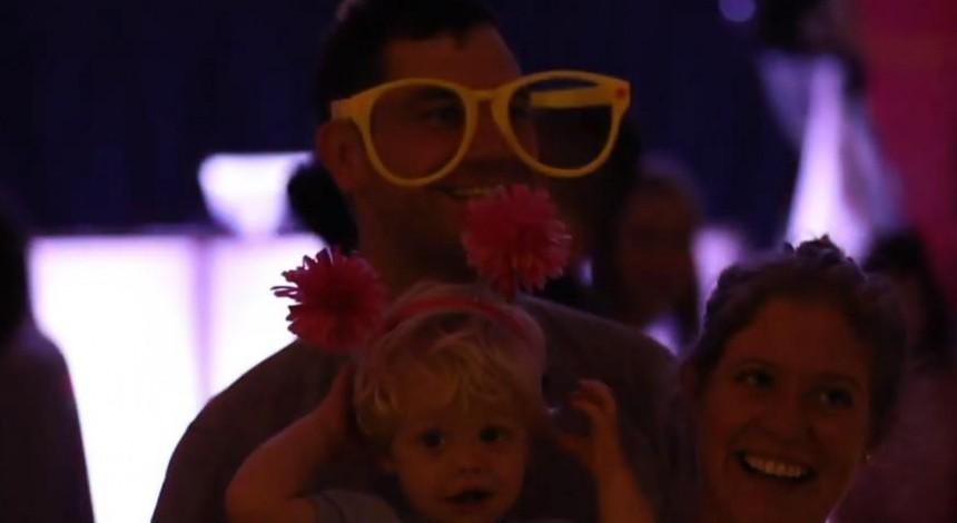 """У Каліфорнії набувають популярності """"дитячі рейви"""" з діджеєм (відео)"""