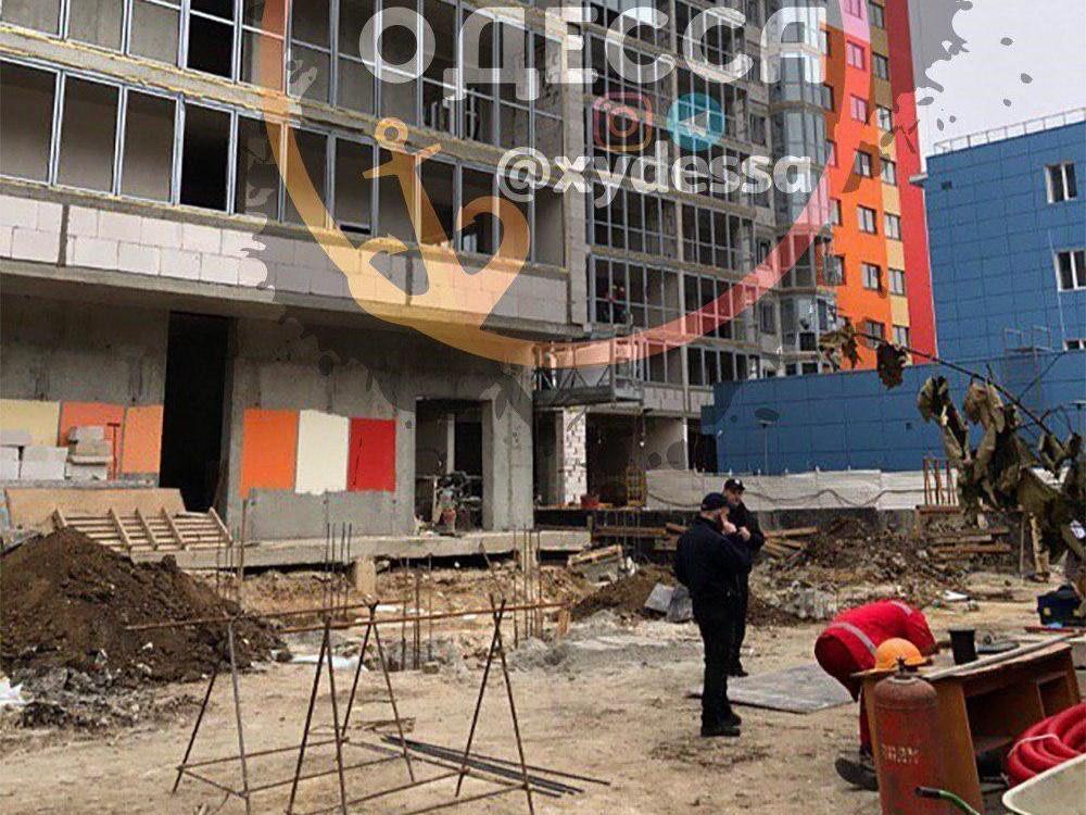 """За словами очевидців, хлопець стрибнув з 7-8 поверху / фото: """"Х***ая Одесса"""""""