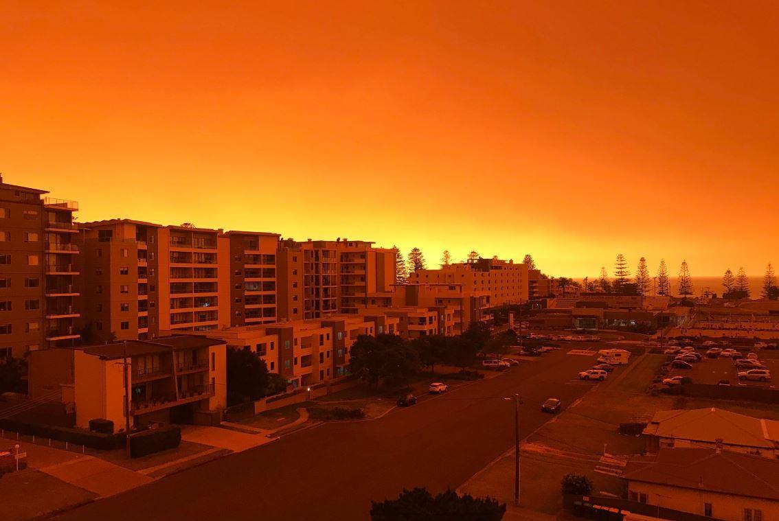 У Австралії через масові пожежі небо стало помаранчевим / Twitter/Marc Dodd