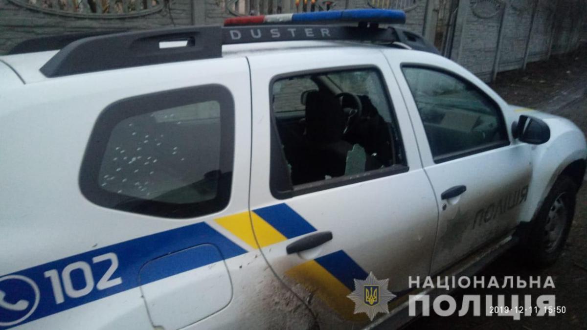 В результаті стрілянини пошкоджено службовий автомобіль / фото: Нацполиция