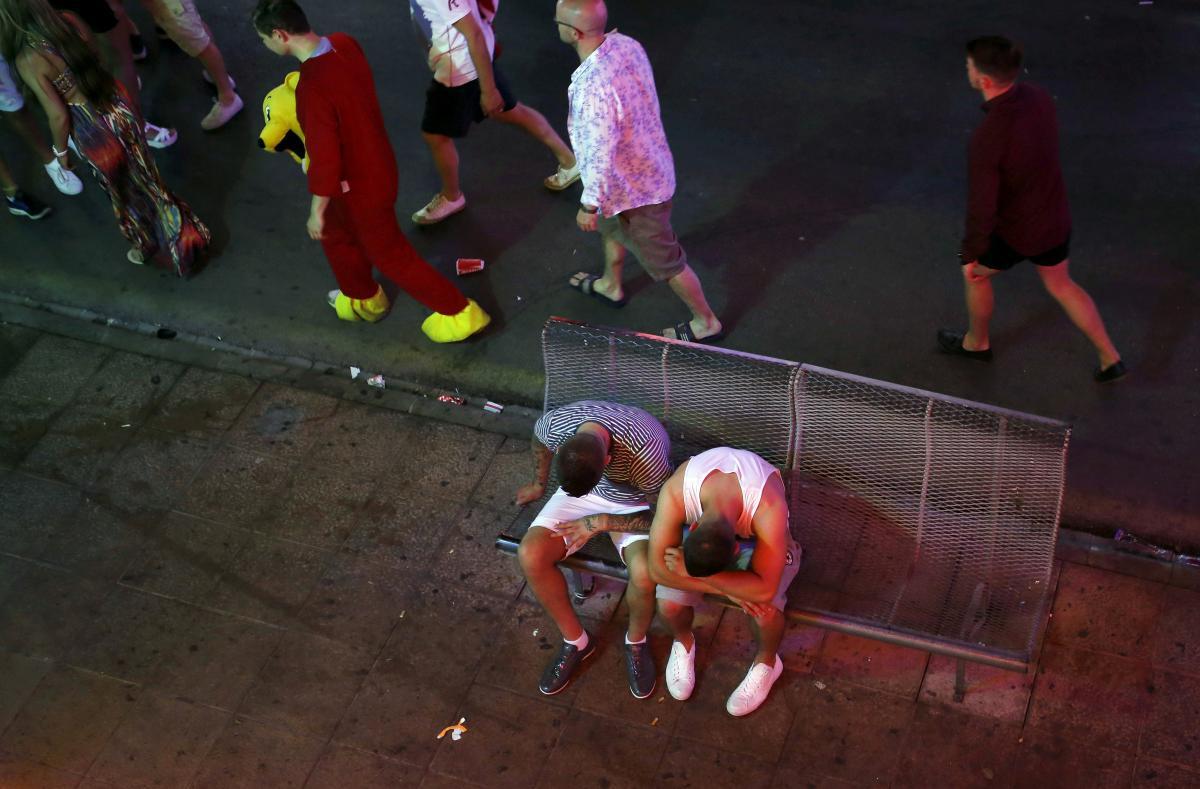На популярных испанских курортах решили жестко бороться с пьянством туристов