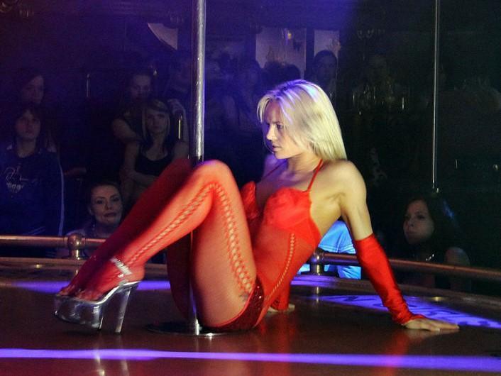 Напоили, соблазнили: в Британии мужчина восемь часов не мог выйти из стриптиз-клуба