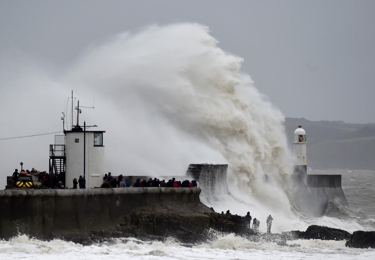 """В Великобритании бушует ураган """"Деннис"""": есть жертвы photo"""