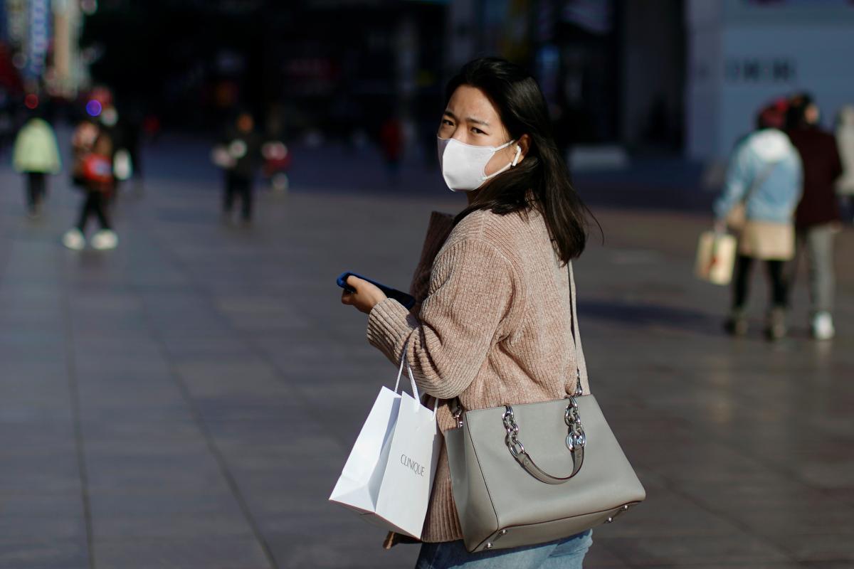 Специалисты объяснили, можно ли заразиться коронавирусом через посылки из Китая