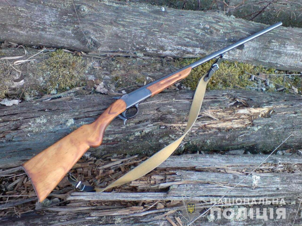 Поліцейські вилучили рушницю/ Фото: Нацполіція