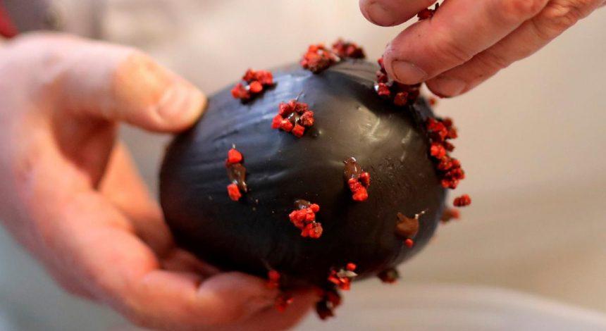 """У Франції шоколатьє до Великодня зробив """"крашанки"""" у формі коронавірусу (фото)"""