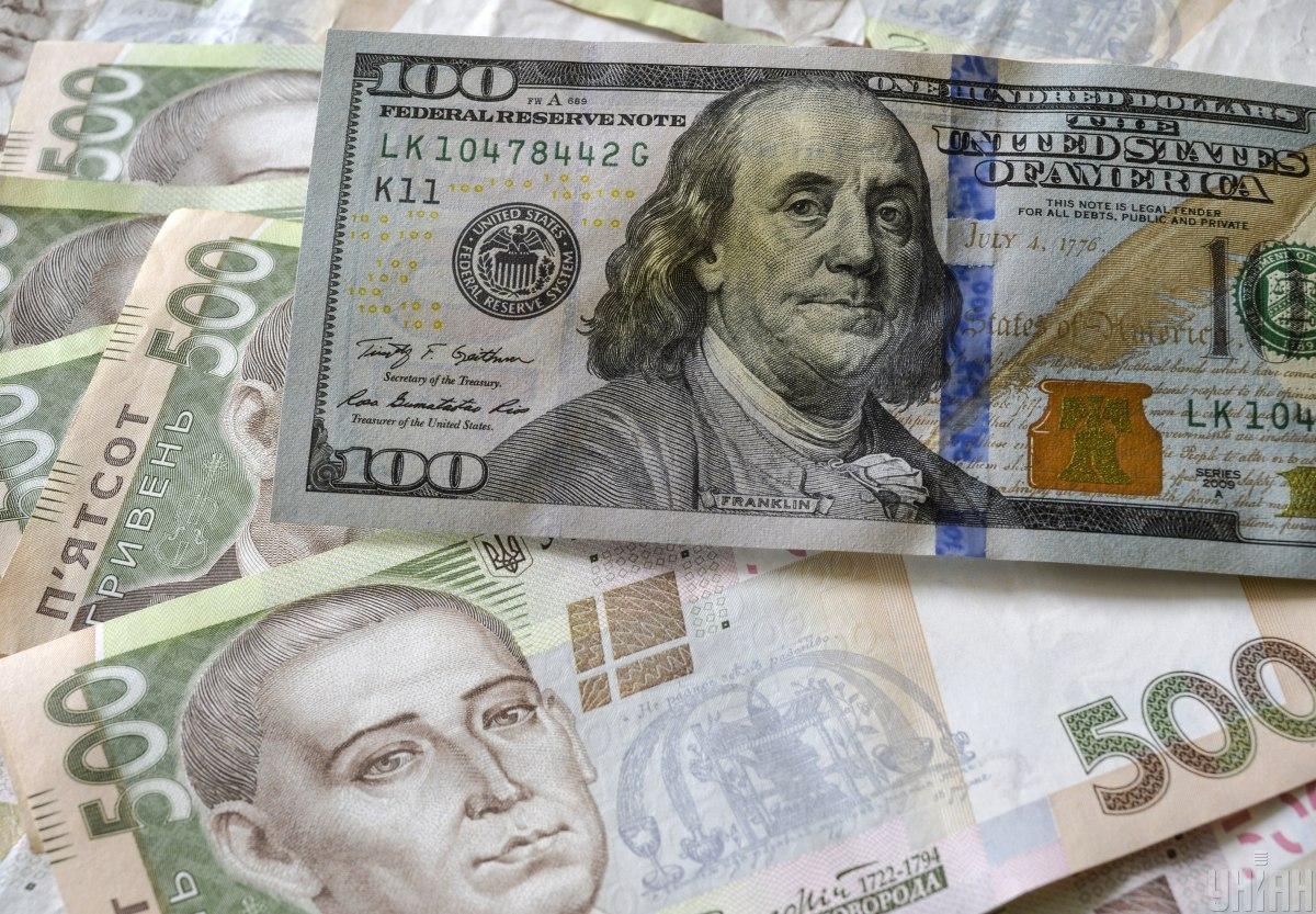 Гривня продолжает падать: официальный курс валют