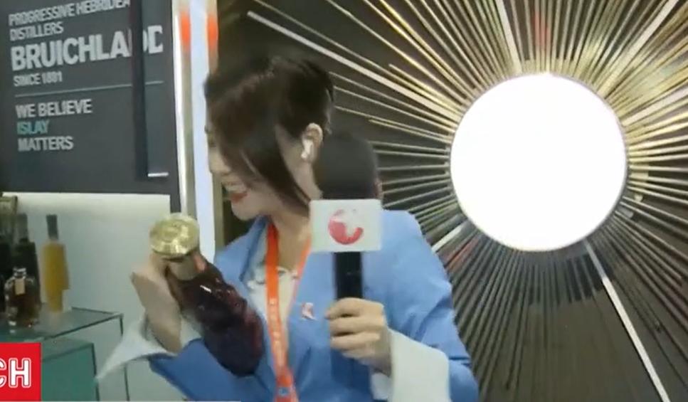 Китайская журналистка в прямом эфире чуть не разбила бутылку бренди за $600 (видео) — последние новости —