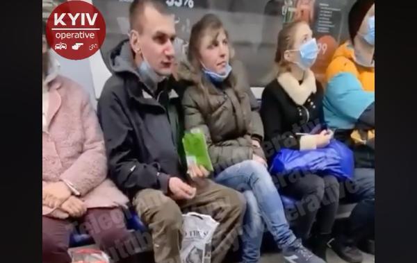 Метро Киева - двое пассажиров плевали семечки (видео) — Новости Киева —