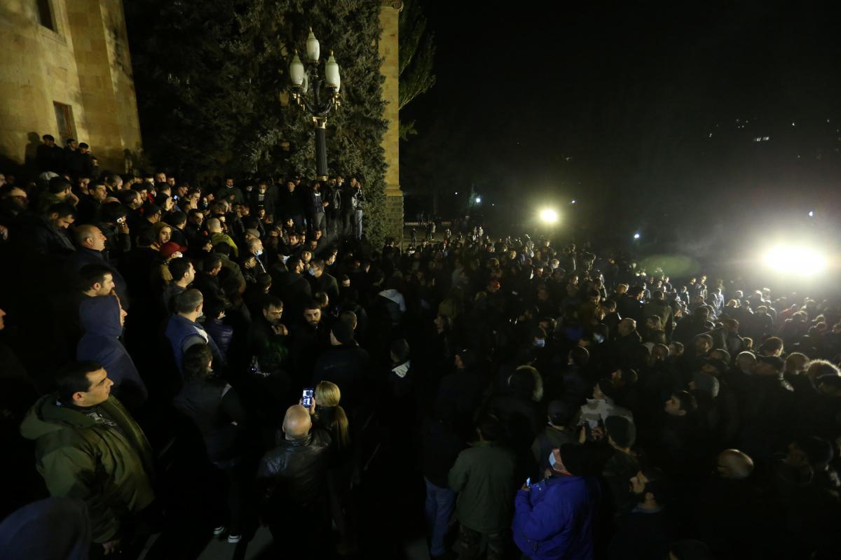 Армения новости - протестующие в Ереване избили главу парламента Армении — Новости мира —