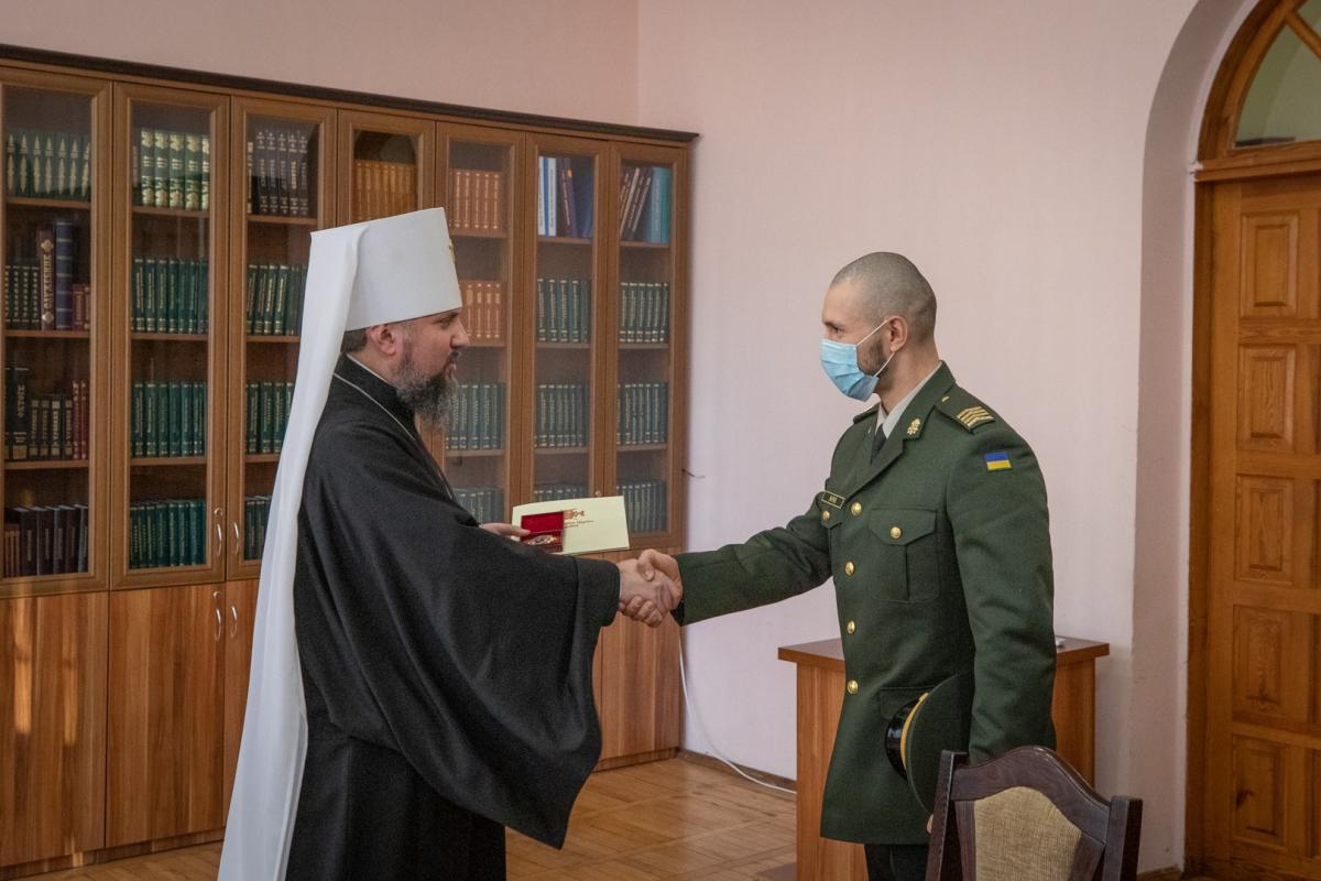 освобожденного из итальянской тюрьмы найгвардейца наградили церковным орденом, фото — новости Украины —