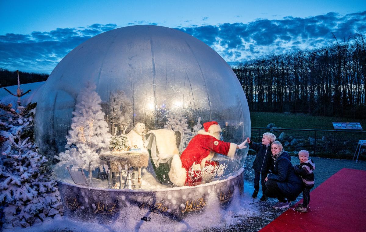 """У Данії Санта Клаус вітає дітлахів зі """"спеціальної бульбашки"""" Фоторепортаж"""