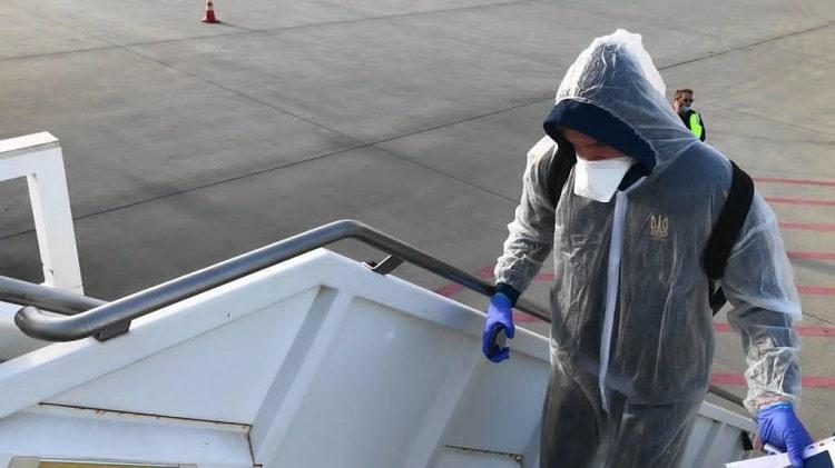 В максимальной защите: УАФ показала, как инфицированный коронавирусом футболист возвращался из сборной Украины