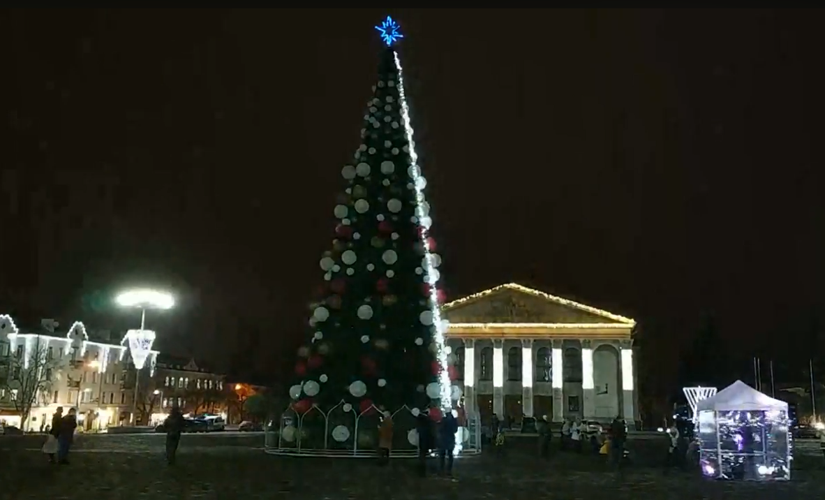 Новости Чернигова - В центре города открыли главную елку (фото, видео) — новости Украины